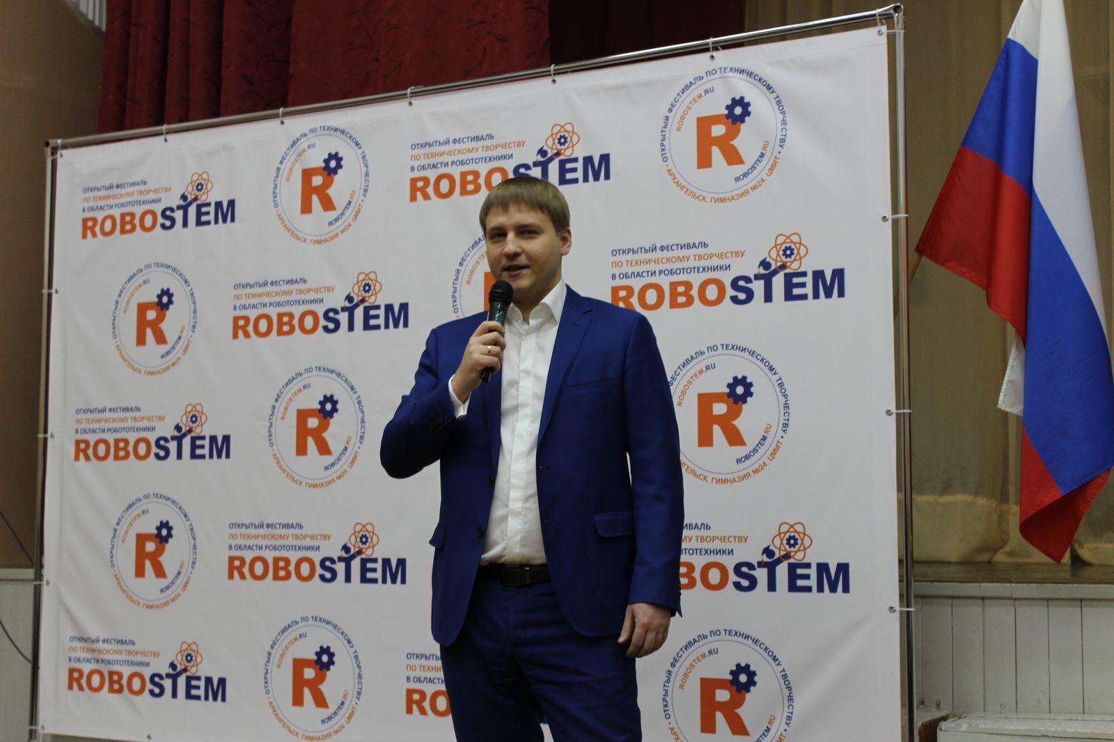 Участников фестиваля приветствует министр экономического развития Архангельской области С.А.Вуйменков